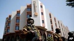 Abasirikare bacungereye umutekano w'umukuru w'igihugu ca Mali, Ibrahim Boubacar Keita igihe yariko agendera hoteri Radisson Blu hotel i Bamako, Mali, Itariki 21/11/2015.