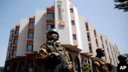 L'hôtel Radisson Blu sous haute sécurité à Bamako, le 21 novembre 2015. (AP Photo/Jerome Delay)