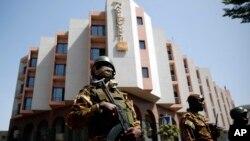 Tight security surrounds Malian President Ibrahim Boubacar Keita as he visits the Radisson Blu hotel in Bamako, Nov. 21, 2015.