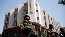 Des soldats maliens assurent la sécurité autour de l'hôtel Radisson à Bamako, au Mali, 21 novembre 2015.