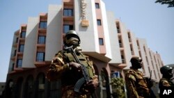 马里总统凯塔访问星期五出事的豪华酒店的时候,军人严密戒备(2015年11月21日)