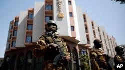 馬里酒店遭襲擊後門外有軍人持槍站崗。