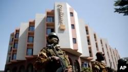 Des soldats postés autour du Radisson Blu au moment de la visite du président Ibrahim Boubacar Keita sur les lieux de l'attaque, samedi 21 novembre 2015.