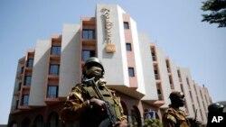Tight security surrounds Malian President Ibrahim Boubacar Keita as he visits the Radisson Blu hotel in Bamako, Mali, Nov. 21, 2015.