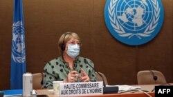 La Alta Comisionada de las Naciones Unidas para los Derechos Humanos, Michelle Bachelet, observa después de pronunciar un discurso sobre los desarrollos globales de derechos humanos durante una sesión del Consejo de Derechos Humanos, en Ginebra, el 21 de