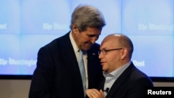 Wartawan Washington Post di Teheran, Jason Rezaian (kanan) disambut Menteri Luar Negeri AS John Kerry di Washington, Januari 2016. (Reuters/Gary Cameron)