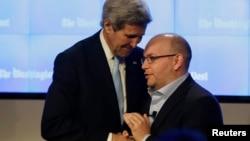 이란에 억류됐다 풀려난 미국 '워싱턴포스트' 제이슨 리자이안 기자(오른쪽)가 지난 1월 워싱턴포스트를 방문한 존 케리 미국 국무장관을 맞고 있다.