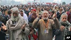 示威者在開羅解放廣場祈禱。