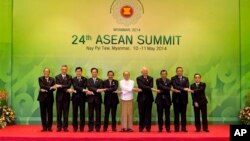 Para pemimpin ASEAN berpose bersama dalam KTT di Naypyitaw, Myanmar, 11 Mei lalu (foto: dok).