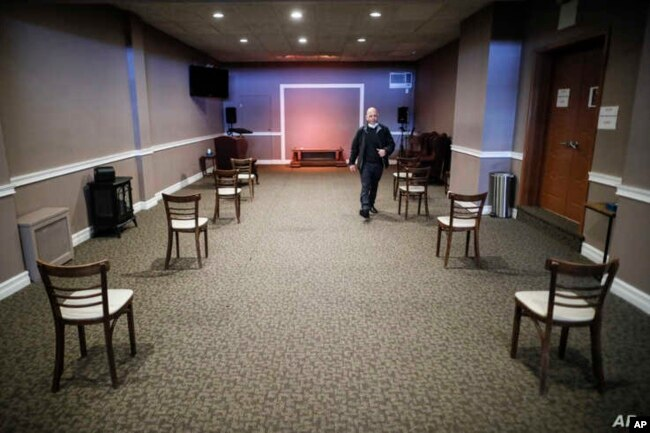 Пэт Мармо осматривает расстановку стульев в похоронном зале - в соответствии с правилами социального дистанцирования