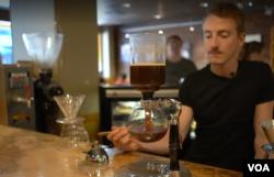 '시애틀커피웍스(Seattle Coffee Works)'의 커피 제조사 제이크 도너히 씨가 커피를 내리고 있다.