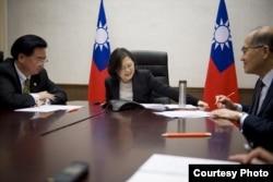 台湾总统蔡英文与美国总统当选人川普进行越洋电话。( 台湾总统府提供)