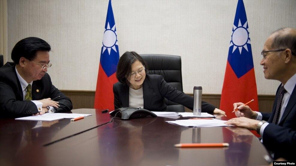 台湾总统蔡英文与美国总统当选人川普进行越洋电话。( 台湾总统府)
