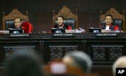 Hakim Ketua Anwar Usman (tengah) memimpin sidang pertama sengketa pilpres 2019 di Mahkamah Konstitusi, Jumat, 14 Juni 2019. (Foto: AP)