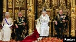 Ratu Elizabeth dari Inggris bersama suaminya Pangeran Philip (kanan), putranya Pangeran Charles (kedua dari kiri) dan menantunya Camilla, Duchess of Cornwall di gedung parlemen. (Foto: Dok)