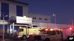 Pemadam kebakaran tiba di sebuah rumah sakit di Jizan, Arab Saudi, Kamis, 24 Desember 2015.