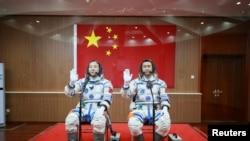 중국 우주비행사 징하이펑(왼쪽)과 천둥이 우주선 선저우 11호 탑승에 앞서 기념촬영을 하고 있다.