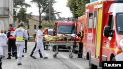 Tim medis membawa seorang korban yang cedera akibat kecelakaan bus di liar desa Puisseguin dekat Bordeaux, Perancis, 23 Oktober 2015. (REUTERS/Regis Duvignau)