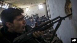 شام کے باغی حلب میں سرکاری فورسز کو نشانہ بنارہے ہیں۔ 15 دسمیر 2012