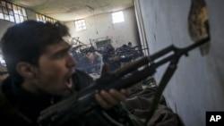 Chiến binh của nhóm nổi dậy Quân đội Syria Tự do hô to các khẩu hiệu tôn giáo trong khi giao chiến với lực lượng chính phủ trong thành phố Aleppo, Syria