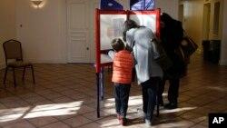 Cử tri bỏ phiếu trong một phòng phiếu ở Mount Kisco, New York, 4/11/14