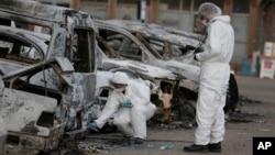 La police scientifique examine les lieux des attaques à Ouagadougou, le 17 janvier 2016. (AP Photo/Sunday Alamba)