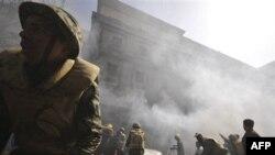Пожарные на месте происшествия. Бывшие сотрудники полиции в знак протеста подожгли часть Министерства внутренних дел в Каире. Египет. 23 февраяля 2011 года