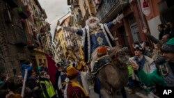 La Cabalgata de los Reyes Magos en España, una de las tradiciones anuales de la celebración de la Epifanía.