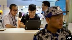지난해 4월 중국 베이징에서 열린 글로벌 모바일 인터넷 컨퍼런스에서 방문객들이 관람 부스에 설치된 노트북 컴퓨터를 사용하고 있다.