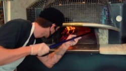 聋人经营披萨店为失聪者开创就业机会