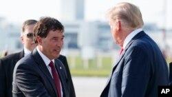 Le président Donald Trump est accueilli par le candidat républicain, Troy Balderson, à son arrivée sur l'Air Force One à l'aéroport international John Glenn Columbus de Columbus, Ohio, le 4 août 2018.
