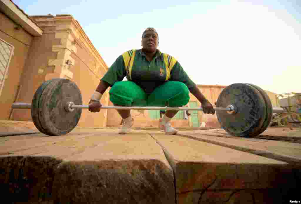 A member of Sudan's first women's weightlifting team trains in Khartoum April 18, 2011. REUTERS/Mohamed Nureldin Abdallah (SUDAN - Tags: SPORT WEIGHTLIFTING SOCIETY)