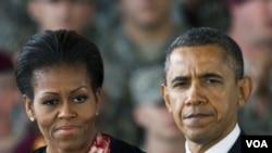 La primera dama Michelle Obama y el presidente Barack Obama visitaron la base de los Infantes de Marina en Hawai por Navidad.