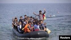 Pengungsi Suriah dan Afghanistan di perahu karet mendekati pulau Lesbos, Yunani, 3 September 2015. (Foto: dok.)
