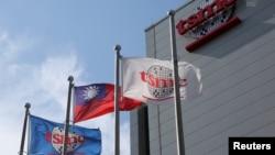 芯片制造代工龙头台积电和台湾的旗帜在新竹总部外飘扬。(资料照片)