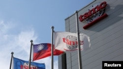 芯片製造代工龍頭台積電和台灣的旗幟在新竹總部外飄揚。(資料照片)