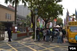 """3月18日立法院外抗议""""服贸""""的社团在集结 (美国之音申华拍摄)"""