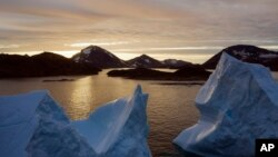 상공에서 찍은 그린란드 쿨루수크 인근에 떠 있는 빙하 모습.