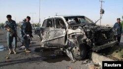 Polis Afghanistan tengah memeriksa lokasi ledakan bom bunuh diri di provinsi Helmand (Foto: dok). Dua ledakan bom pinggir jalan di wilayah ini, Kamis pagi (10/7), menewaskan lima orang, termasuk dua polisi elit Afghanistan.