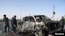 Cảnh sát Afghanistan tại hiện trường vụ nổ bom trong tỉnh Helmand, ngày 17/6/2013.