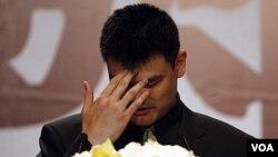 Pebasket NBA Yao Ming mengumumkan pensiun dalam konferensi pers di Shanghai (20/7).