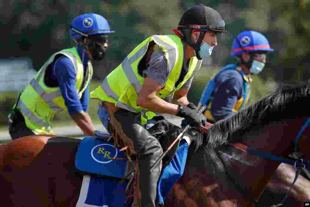معمولا ماههای می و ژوئن در آمریکا فصل مسابقات اسب سواری است که تحت تاثیر کرونا قرار گرفته است. گروهی از سوارکاران در حال تمرین با ماسک در شرق شهر نیویورک