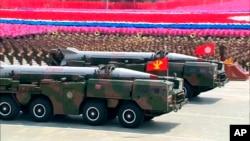 Xe tải chở các tên lửa trong một cuộc diễu hành ở Bình Nhưỡng, Bắc Triều Tiên.