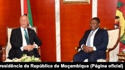 Filipe Nyusi, Presidente de Moçambique (dir.), com Marcelo Rebelo de Sousa, Presidente de Portugal