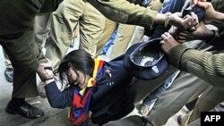 Một nhà tranh đấu người Tây Tạng bị bắt giữ bên ngoài Hyderabad House ở New Delhi, nơi các đại biểu Trung Quốc và Ấn Ðộ họp bàn về vấn đề biên giới, ngày 17/1/2012
