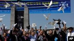지난 8월 한국 경기도 파주에서는 한반도의 평화적인 통일과 비무장지대 내 세계평화공원 조성을 촉구하는 집회가 열렸다. 참가자들이 평화를 상징하는 비둘기를 날려보내고 있다. (자료사진)