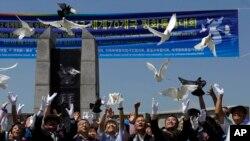 지난 8월 한국 경기도 파주에서는 한반도의 평화적인 통일과 비무장지대 내 세계평화공원 조성을 촉구하는 집회가 열렸다. 참가자들이 평화를 상징하는 비둘기를 날려보내고 있다.