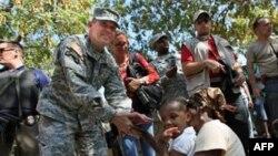 基恩将军和海地难民交谈