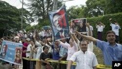 Dân Miến Điện đón chào Tổng thống Obama khi ông đến thăm lãnh tụ đối lập Miến Điện Aung San Suu Kyi tại tư gia của bà ở Rangoon, Miến Điện, 19/11/12