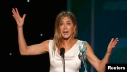 "Jennifer Aniston menerima penghargaan untuk Penampilan Luar Biasa oleh Aktor Wanita dalam Serial Drama untuk ""The Morning Show."" (Foto: REUTERS/Mario Anzuoni)"
